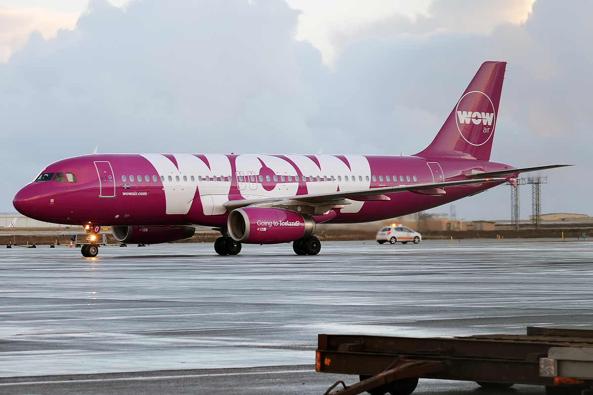 A WOW Air Airbus A320.