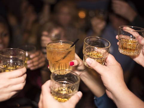 科学的に解明! 酔うと食べ過ぎてしまう謎