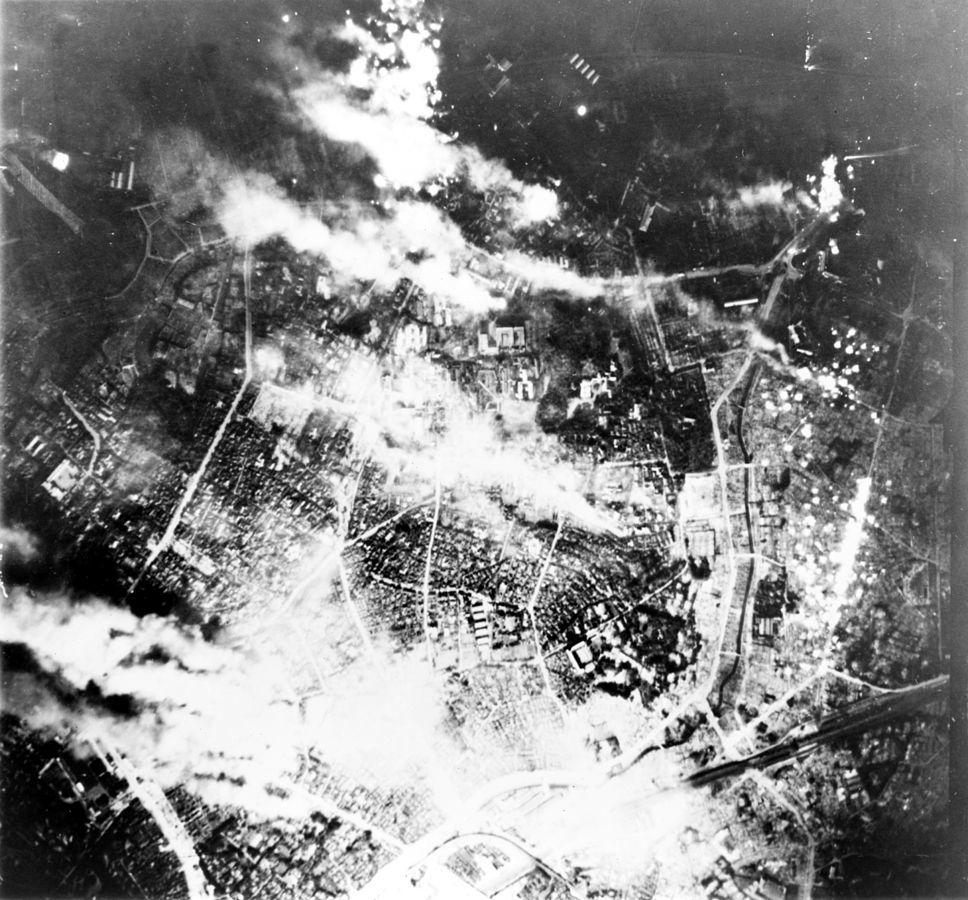 爆撃され火災に見舞われる東京
