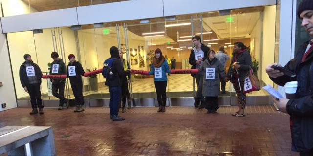 トランプ反対派、Uber本社ビルをバリケード封鎖
