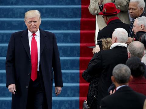 就任式でもトランプ大統領のネクタイは長すぎた