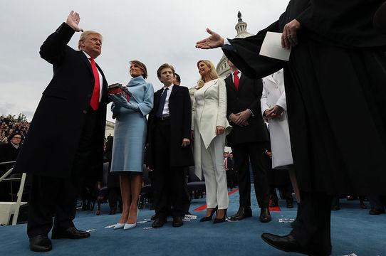 「アメリカを再び偉大にする」 —— ドナルド・トランプ氏、第45代アメリカ大統領に就任