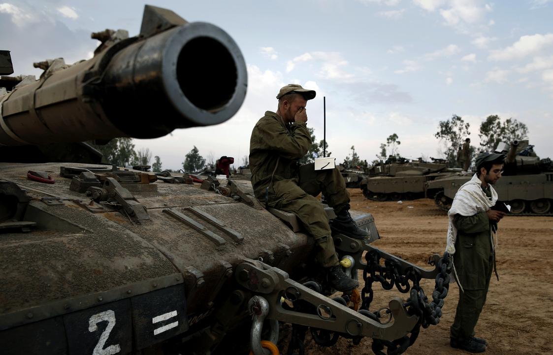 戦車の上で祈るイスラエル軍兵士