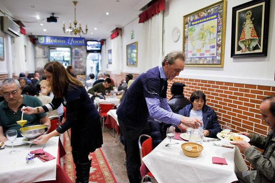 """金持ちには料金を上乗せし、低所得者に無償で食事を提供する """"ロビンフッド・レストラン"""""""