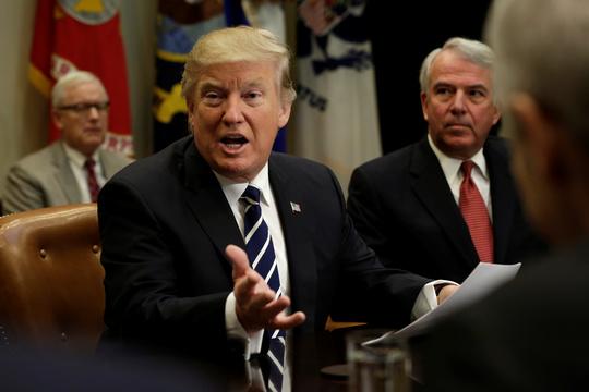トランプ大統領が製薬会社CEOと会談 —— 薬価の引き下げを求める