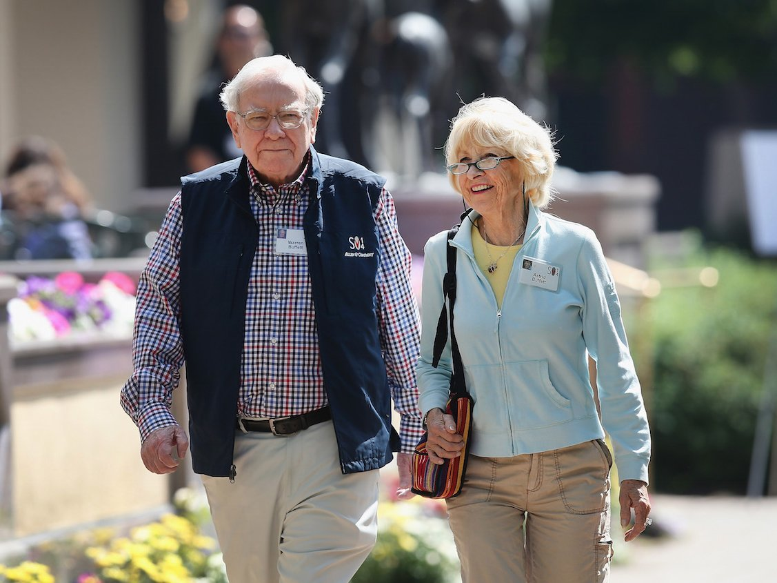 it-wasnt-an-easy-transition-when-warren-buffett-began-living-with-astrid-menks-while-still-married-to-his-wife