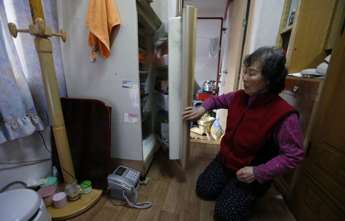 kong-kyung-soon-73-lives-in-a-cramped-apartment-with-just-21-square-feet-of-living-space-not-including-the-area-for-her-toilet-and-hot-plate