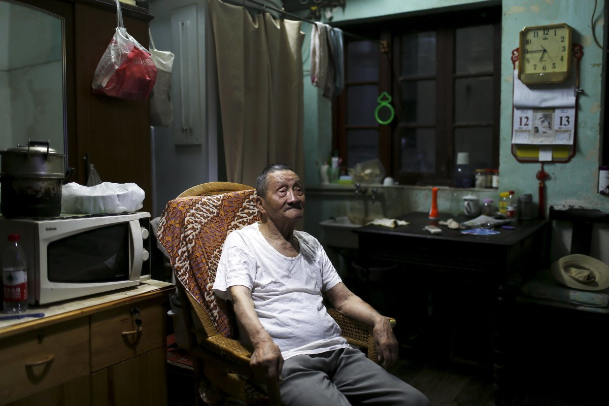 wang-cunchun-90-lives-with-his-60-year-old-son-in-a-107-square-foot-apartment-in-shanghai-china