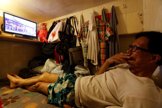 節約のため、わずか1畳の「棺おけ住宅」に引っ越す香港の人々