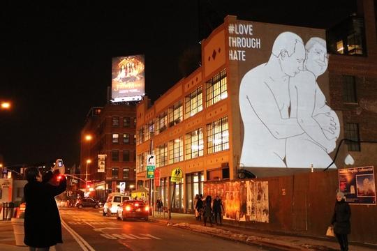 ニューヨークのAppleストアに映し出されたプーチン氏とトランプ氏の巨大画像