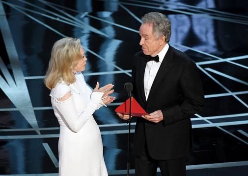 アカデミー賞だけではない、受賞式典で起こったハプニング7選