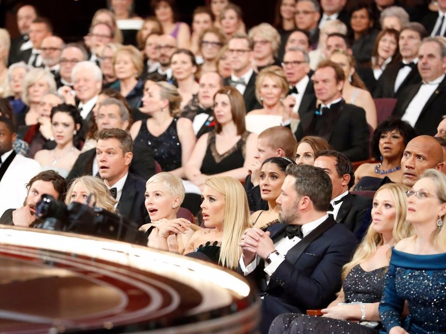 one-photo-sums-up-the-baffled-audience-reaction-to-the-big-oscars-best-picture-screw-up
