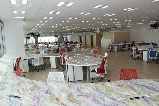 DMM.comが全長約1キロのデスクとデジタルアートに溢れるオフィスに移転