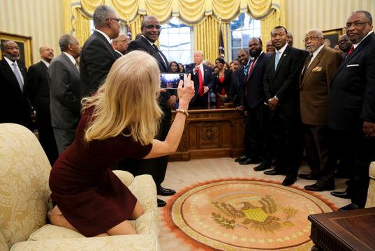 大統領執務室でくつろぐケリーアン顧問、またもネットの餌食に