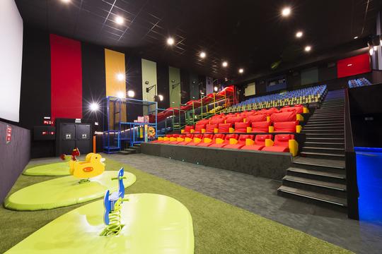 『美女と野獣』公開に合わせてキッズフレンドリーな映画館がアメリカにオープン、場内にビーズクッションやボールプール