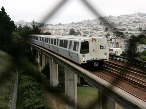 サンフランシスコの地下鉄、ラッシュを避けた乗客に現金支給の優遇策 —— その成果と問題点
