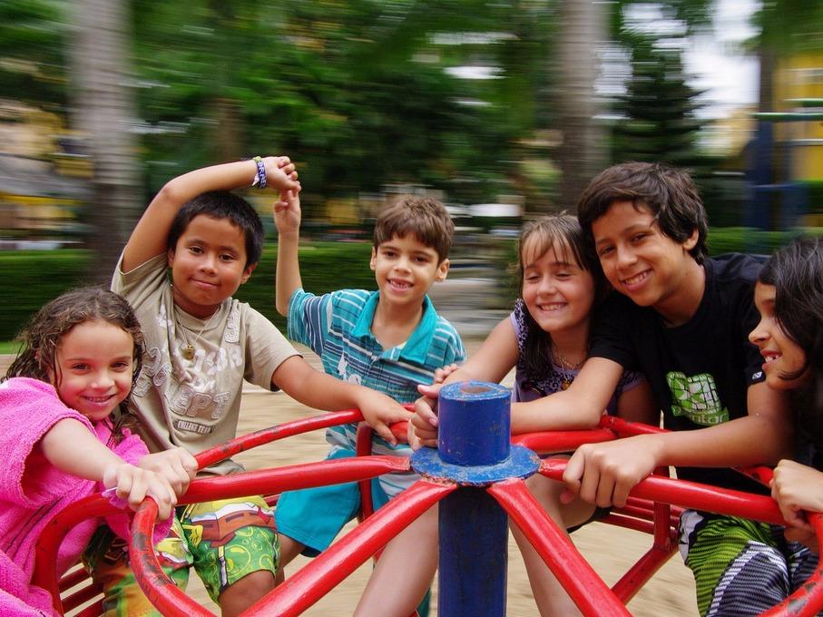 公園の遊具で遊ぶ子どもたち
