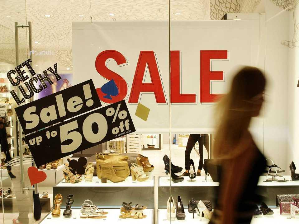 ショーウィンドーに掲げられた「セール」の文字