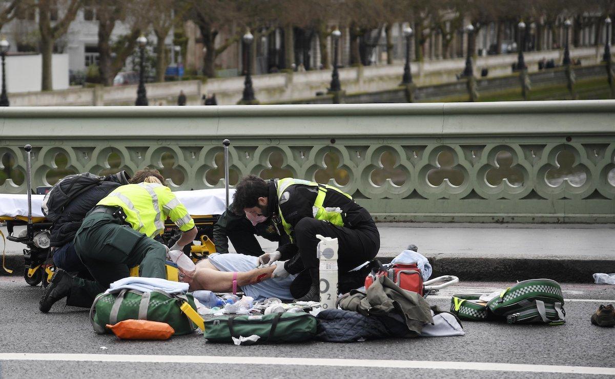 負傷者を手当する救急隊員