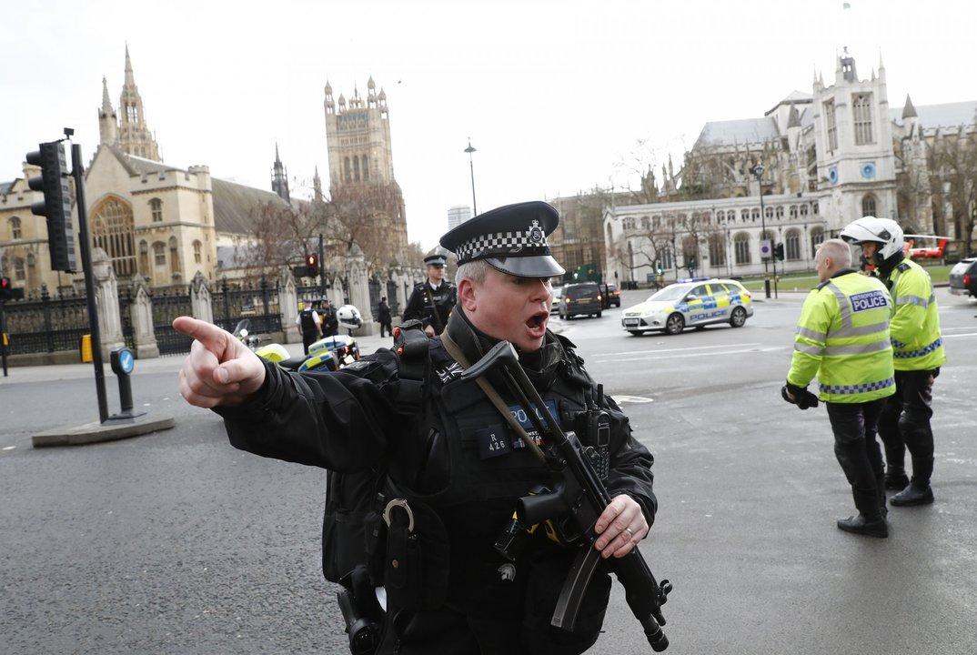 現場近くの武装警官