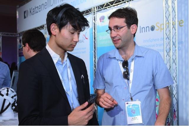 Aniwo代表の寺田氏がBrainTech2017にて集中力モニタリングを体験。