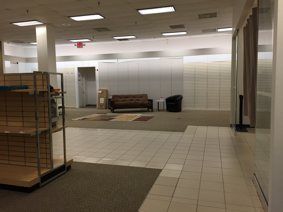 陳列する商品が不足し、空白のエリアができてしまったシアーズの店内(バージニア州・リッチモンド)