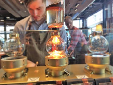 スタバとダンキンドーナツが模索する「モバイル時代のコーヒーショップ」