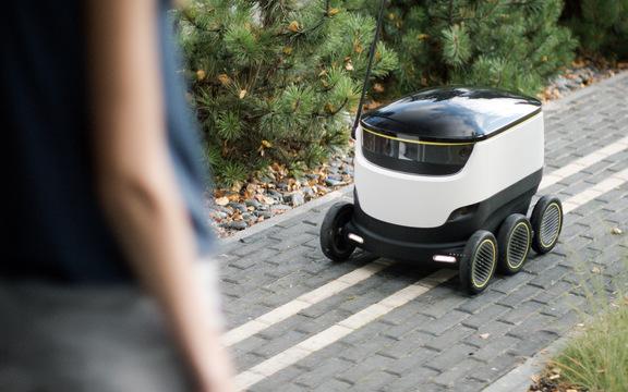 レストランの食事を家庭に配達する「ロボット配達員」の初出勤日