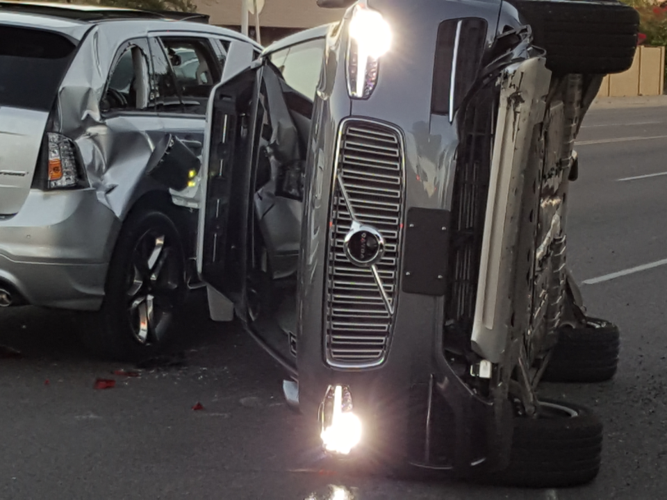 Uberの自動運転車が横転事故