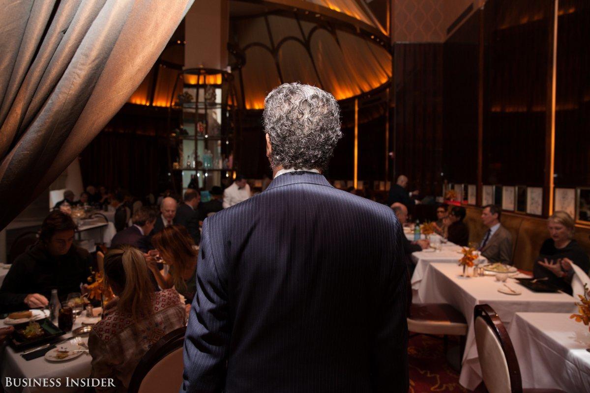 レストランの中に佇む男性の背中