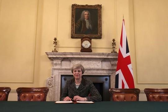 メイ首相、EU離脱の書簡に署名