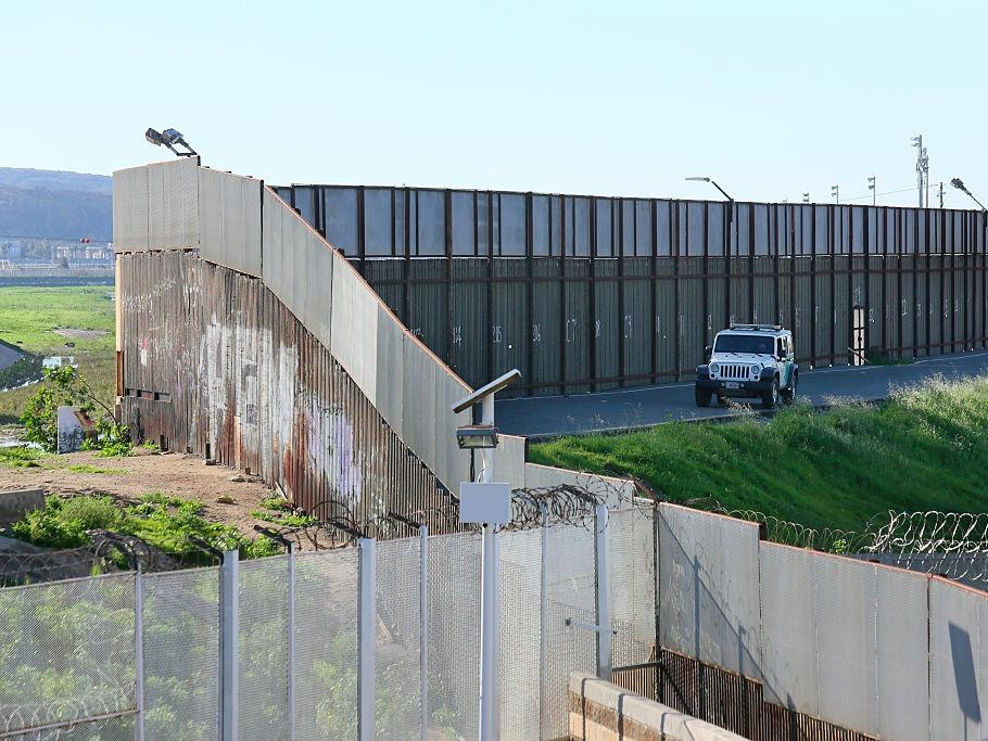 アメリカとメキシコの国境をパトロールする車(2017年1月25日、カリフォルニア州サン・イシドロ)