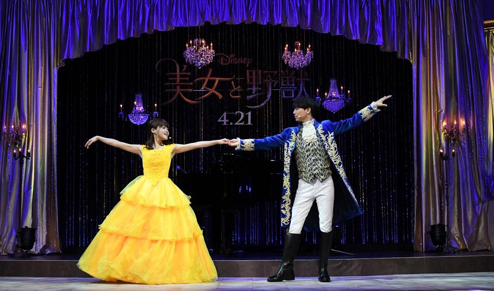 主題歌「美女と野獣」を披露する昆夏美と山崎育三郎