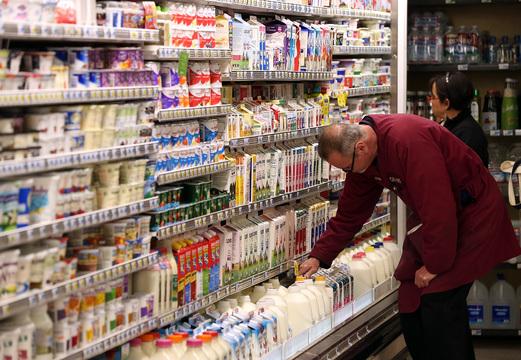 乳製品売り場で商品を選ぶ男性客