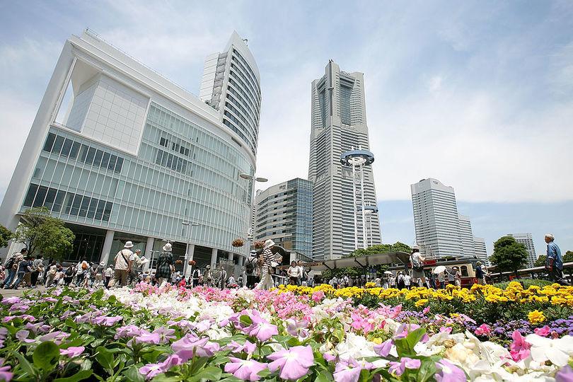 横浜ランドマークタワーと隣接するビル