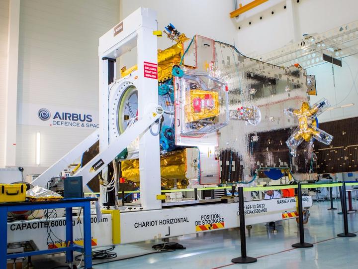 エアバス・ディフェンス・アンド・スペースによって製造されたSES-10通信衛星。地球周回軌道に乗った後、SESの所有物として運用される