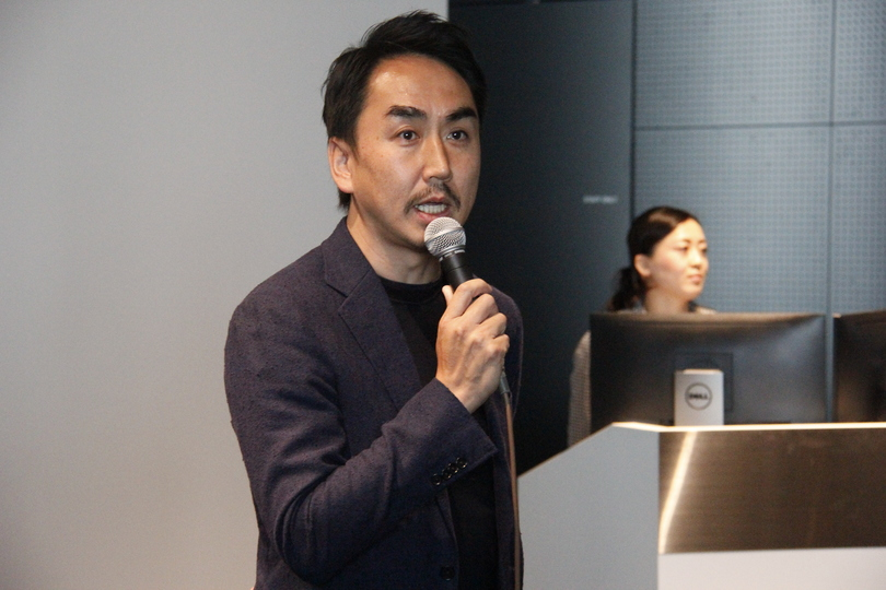 中央に出澤CEOがスピーチしている姿。