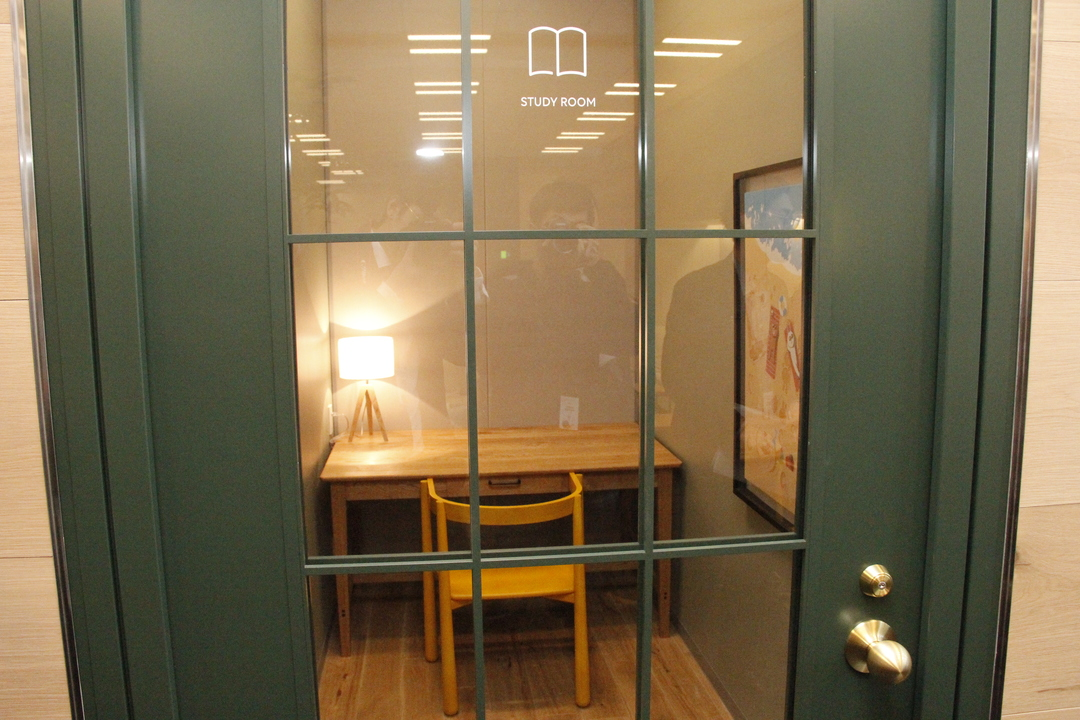個室の中に机が1つある。