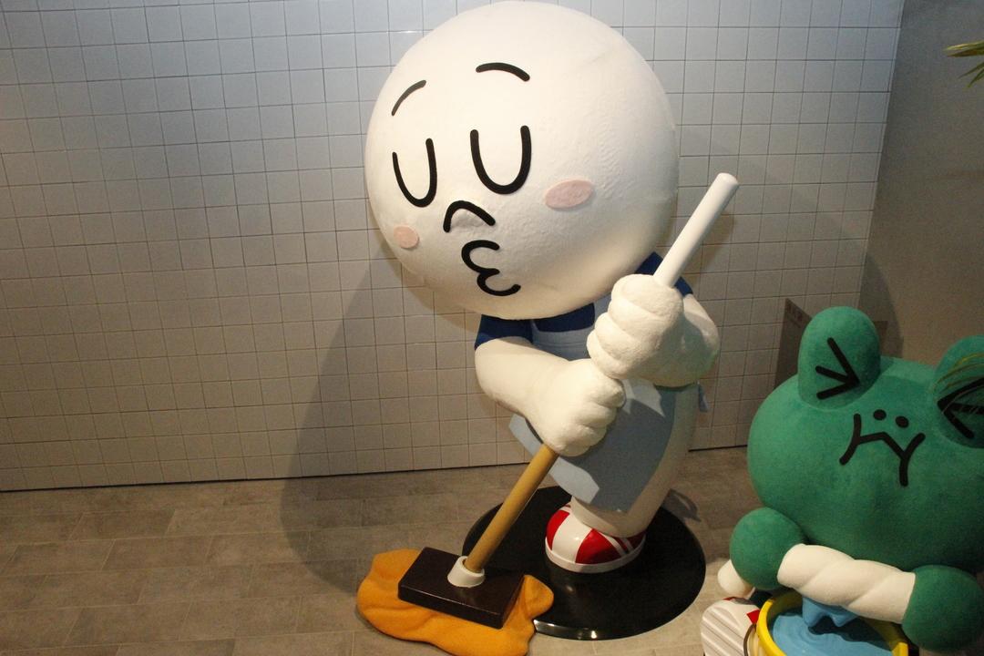 LINEのキャラクターが掃除をしている置物