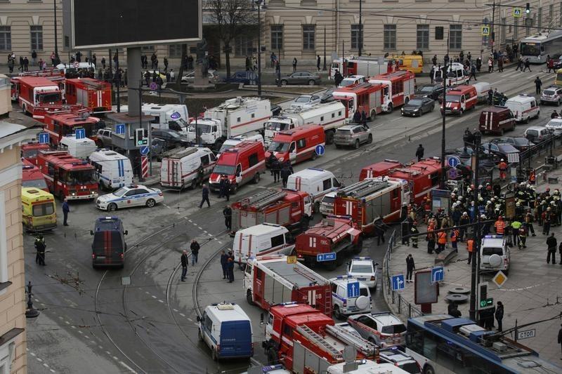 現場近くに集まる緊急車両