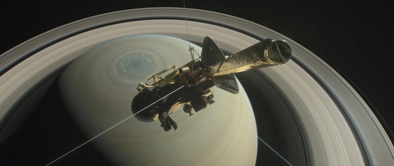土星の北極点上空を飛行するカッシーニ