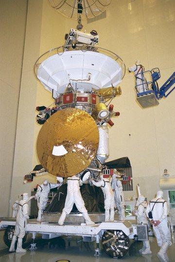 打ち上げ前に整備を受けるカッシーニ