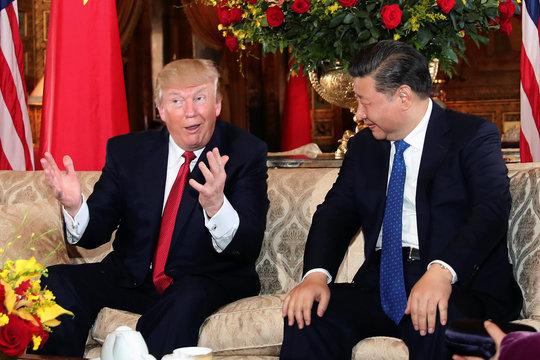 会談するトランプ米大統領と習近平国家主席
