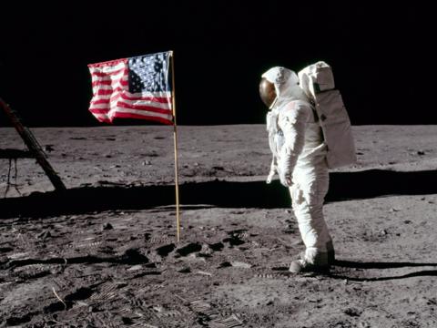 月面に立つアポロ11号の宇宙飛行士バズ・オルドリン