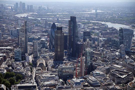 服を買わなくなったイギリス人 —— イギリス経済に何が起こっているのか?