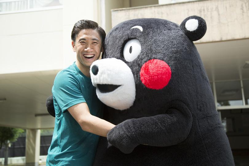 _くまモンと抱き合う香川真司選手