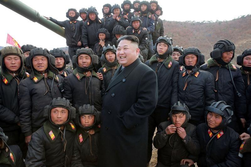 北朝鮮の兵士たちに囲まれる金正恩氏