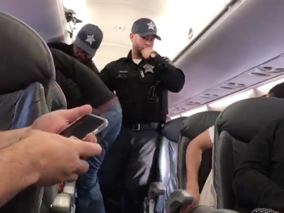 ユナイテッド航空乗客強制排除問題、機内にて。