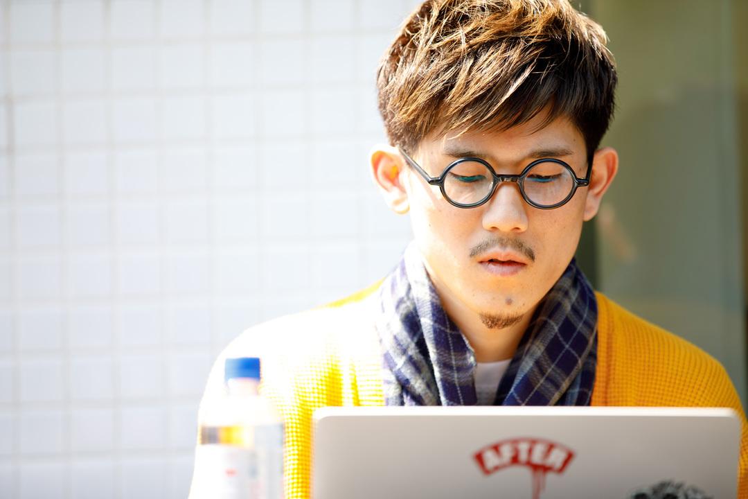 パソコンに向かって仕事をする男性