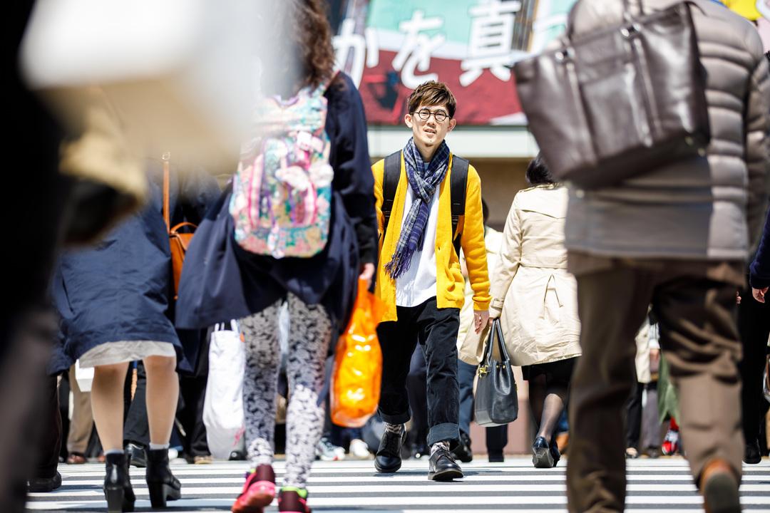 横断歩道を歩く男性